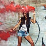 Προκλητική γυναίκα στα αυτιά κουνελιών που κυματίζουν τις κόκκινες βόμβες καπνού Στοκ φωτογραφία με δικαίωμα ελεύθερης χρήσης