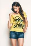 Προκλητική γυναίκα στην κίτρινη μπλούζα Στοκ εικόνα με δικαίωμα ελεύθερης χρήσης