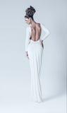 Προκλητική γυναίκα στο άσπρο φόρεμα με τη γυμνή πλάτη Στοκ Εικόνες