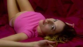 Προκλητική γυναίκα στο κρεβάτι απόθεμα βίντεο