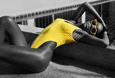 Προκλητική γυναίκα στο μαγιό στην πισίνα - γραπτή φωτογραφία Στοκ Εικόνα