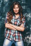 Προκλητική γυναίκα στο πουκάμισο ελέγχου Στοκ φωτογραφίες με δικαίωμα ελεύθερης χρήσης