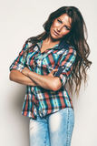 Προκλητική γυναίκα στο πουκάμισο και τα τζιν ελέγχου Στοκ Φωτογραφία