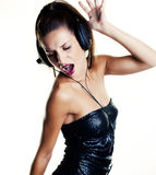Προκλητική γυναίκα στο disco που χορεύει με τα ακουστικά Στοκ εικόνα με δικαίωμα ελεύθερης χρήσης