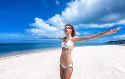 Προκλητική γυναίκα σωμάτων μπικινιών εύθυμη στην τροπική παραλία παραδείσου που έχει Στοκ Εικόνες