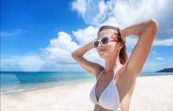 Προκλητική γυναίκα σωμάτων μπικινιών εύθυμη στην τροπική παραλία παραδείσου που έχει Στοκ Φωτογραφίες