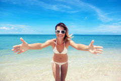 Προκλητική γυναίκα σωμάτων μπικινιών εύθυμη στην τροπική παραλία παραδείσου που έχει Στοκ εικόνα με δικαίωμα ελεύθερης χρήσης