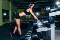 Προκλητική γυναίκα της Νίκαιας που κάνει workout με τους αλτήρες στη γυμναστική Στοκ φωτογραφίες με δικαίωμα ελεύθερης χρήσης
