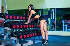 Προκλητική γυναίκα της Νίκαιας που κάνει workout με τους αλτήρες στη γυμναστική Στοκ Εικόνες