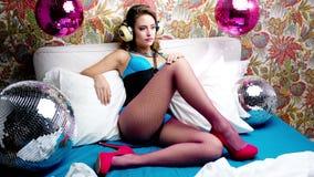 Προκλητική γυναίκα χορευτών κρεβατιών disco απόθεμα βίντεο