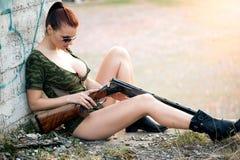 προκλητική γυναίκα όπλων Στοκ εικόνα με δικαίωμα ελεύθερης χρήσης
