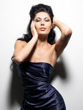 Προκλητική γυναίκα brunette με μακρυμάλλη στοκ εικόνες