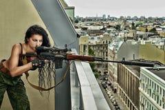 Προκλητική γυναίκα brunette με το πυροβόλο όπλο Στοκ φωτογραφία με δικαίωμα ελεύθερης χρήσης