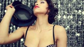 Προκλητική γυναίκα disco που χορεύει στο καπέλο απόθεμα βίντεο