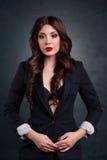 Προκλητική επιχειρησιακή γυναίκα σε ένα σκοτεινό επιχειρησιακό κοστούμι Όμορφος προκλητικός γραμματέας Στοκ εικόνα με δικαίωμα ελεύθερης χρήσης
