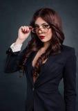 Προκλητική επιχειρησιακή γυναίκα σε ένα σκοτεινό επιχειρησιακό κοστούμι Όμορφος προκλητικός γραμματέας Στοκ φωτογραφία με δικαίωμα ελεύθερης χρήσης
