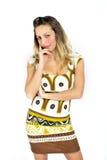 Προκλητική ελκυστική γυναίκα με τα ξανθά μαλλιά στο κοντό καθιερώνον τη μόδα φόρεμα που φαίνεται ενδιαφέρουσα και σαγηνευτική Στοκ Φωτογραφίες
