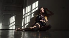 Προκλητική θηλυκή πρότυπη τοποθέτηση brunette στο στούντιο Βλαστός φωτογραφιών μόδας στο εσωτερικό φιλμ μικρού μήκους