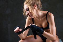 Προκλητική και κατάλληλη γυναίκα που προετοιμάζεται για την κατάρτιση στοκ φωτογραφία