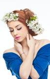 Προκλητική νέα γυναίκα με τα άσπρα λουλούδια άνοιξη Στοκ Φωτογραφία