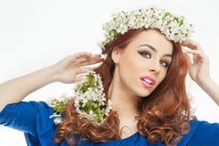 Προκλητική νέα γυναίκα με τα άσπρα λουλούδια άνοιξη Στοκ φωτογραφία με δικαίωμα ελεύθερης χρήσης