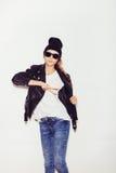 Προκλητική νέα γυναίκα με τα γυαλιά ηλίου που εξετάζει τη κάμερα Στοκ φωτογραφίες με δικαίωμα ελεύθερης χρήσης