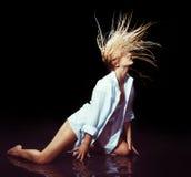 Προκλητική νέα γυναίκα με το νερό και τους παφλασμούς Στοκ Εικόνες