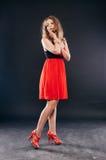 Προκλητική νέα γυναίκα ομορφιάς στο κόκκινο φόρεμα στοκ φωτογραφία με δικαίωμα ελεύθερης χρήσης