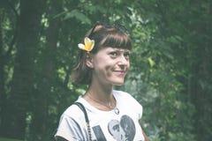 Προκλητική νέα γυναίκα ομορφιάς brunette σε ένα τροπικό δάσος του νησιού του Μπαλί, Ινδονησία Στοκ εικόνες με δικαίωμα ελεύθερης χρήσης