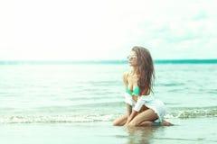 Προκλητική νέα γυναίκα σε Sunglassess και μπικίνι στην παραλία Στοκ φωτογραφία με δικαίωμα ελεύθερης χρήσης
