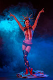Προκλητική νέα γυναίκα στο ερωτικό χορεύοντας striptease ένδυσης φετίχ στο νυχτερινό κέντρο διασκέδασης Η Nude προκλητική γυναίκα Στοκ φωτογραφία με δικαίωμα ελεύθερης χρήσης