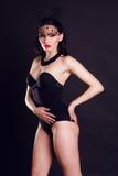 Προκλητική νέα όμορφη κυρία στο μαύρο σώμα Στοκ Φωτογραφίες
