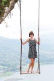 Προκλητική νέα aldy ταλάντευση πέρα από το βάραθρο στο μαγικό τροπικό νησί του Μπαλί, Ινδονησία Στοκ Φωτογραφίες