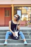 Προκλητική ξανθή γυναίκα με την ηλεκτρική κιθάρα Στοκ Εικόνα