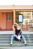 Προκλητική ξανθή γυναίκα με την ηλεκτρική κιθάρα Στοκ Φωτογραφία