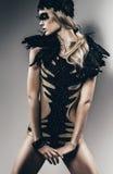 Προκλητική ξανθή γυναίκα με το μαύρο φτερό στοκ φωτογραφία με δικαίωμα ελεύθερης χρήσης