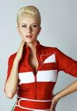 Προκλητική ξανθή γυναίκα ομορφιάς πορτρέτου στο κόκκινο φόρεμα τέλειο Στοκ φωτογραφίες με δικαίωμα ελεύθερης χρήσης