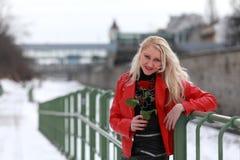 Προκλητική ξανθή γυναίκα στο κόκκινο σακάκι δέρματος Στοκ Εικόνα