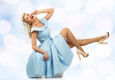 Προκλητική ξανθή νέα γυναίκα καρφιτσών επάνω Στοκ Εικόνες