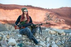Προκλητική οπλισμένη γυναίκα σε ένα υπόβαθρο των βουνών Στοκ φωτογραφίες με δικαίωμα ελεύθερης χρήσης