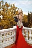 Προκλητική πίσω νέα γυναίκα ομορφιάς στο κόκκινο φόρεμα γοργόνων πανέμορφο fash Στοκ Εικόνα