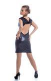 Προκλητική πρότυπη τοποθέτηση στο λαμπρό φόρεμα με το decollete στοκ εικόνα με δικαίωμα ελεύθερης χρήσης