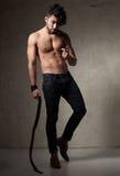 Προκλητική πρότυπη τοπ γυμνή τοποθέτηση ατόμων μόδας δραματική ενάντια στον τοίχο grunge Στοκ φωτογραφία με δικαίωμα ελεύθερης χρήσης