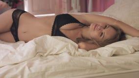 Προκλητική τοποθέτηση γυναικών στην κρεβατοκάμαρα, μαύρο lingerie απόθεμα βίντεο
