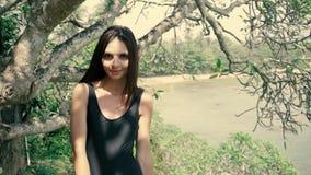 Προκλητική τοποθέτηση γυναικών brunette μοντέρνο lingerie στη ζούγκλα, τουρίστας κοριτσιών φιλμ μικρού μήκους