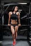 Προκλητική υγρή γυναίκα ικανότητας brunette μετά από το workout στη γυμναστική Στοκ φωτογραφία με δικαίωμα ελεύθερης χρήσης