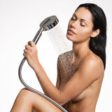 Προκλητική όμορφη γυναίκα στο σώμα πλύσης ντους Στοκ Εικόνες