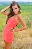 Προκλητική όμορφη κυρία που φορά το μίνι φόρεμα κοραλλιών Στοκ εικόνες με δικαίωμα ελεύθερης χρήσης