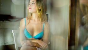 Προκλητική lingerie γυναίκα καθρεφτών απόθεμα βίντεο