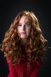 Προκλητική redhead τοποθέτηση babe στην ξεκουμπωμένη κόκκινη μπλούζα Στοκ Εικόνες